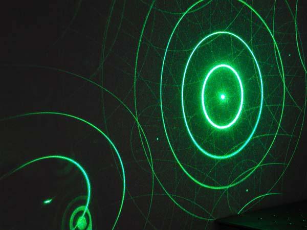 単発のレーザー光を回折格子に通すとこのような干渉縞が発生する(HOLOEYE社のWebサイトから転載)