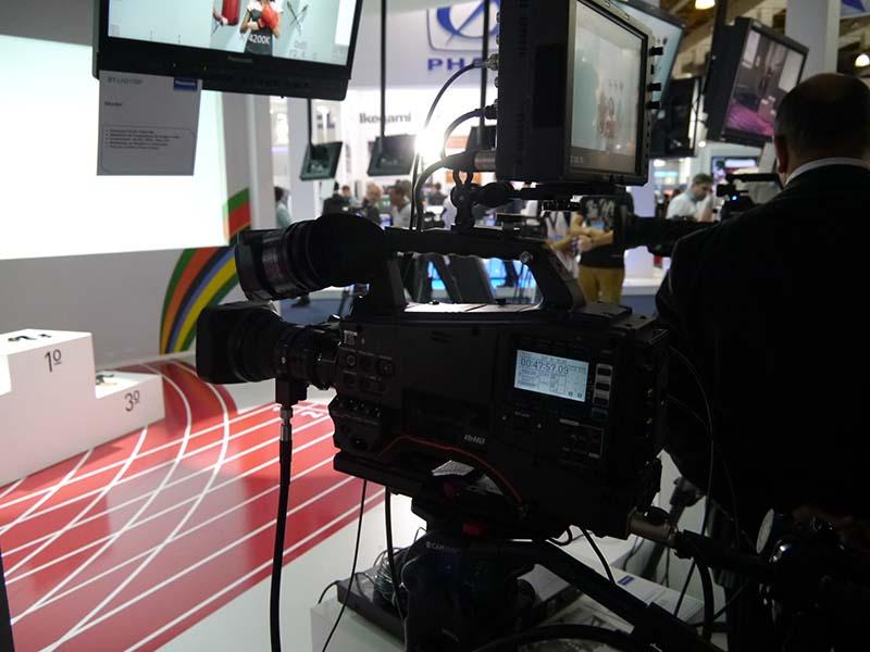 ニュース用などのスタジオ利用を想定したHDカメラ「AJ-PX380G」。ブラジル市場のニーズを取り入れて発売したデジタル化の向けた普及モデル