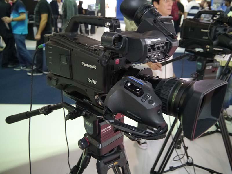 リオオリンピック各会場内に設置されたディスプレイへの表示用として導入が決定したカメラ「AJ-PX800P」。33会場に約40台が導入される。機動性の高さと、上位モデルと同等の画質が評価された