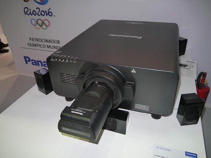 パナソニックが開発した超短焦点レンズ「ET-D75LE90」を搭載したDLPプロジェクタ「PT-DZ21K」