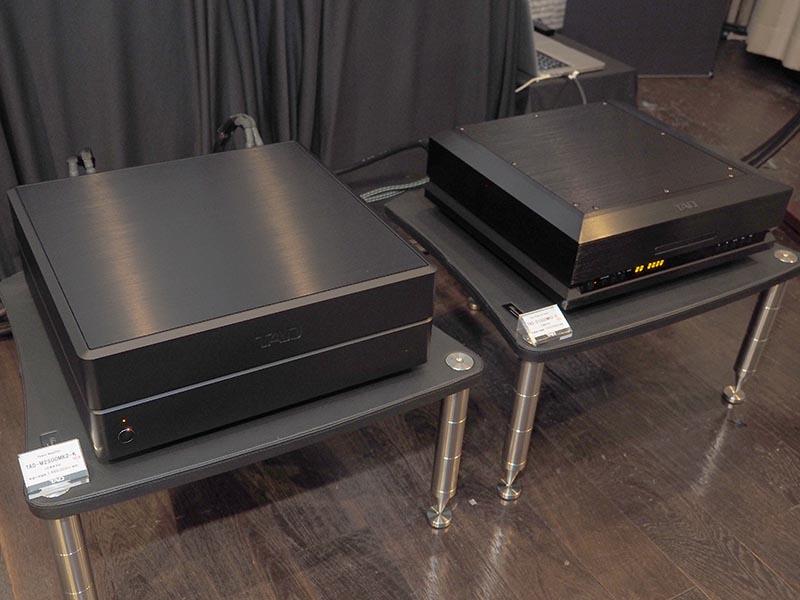 右がUSB DAC搭載SACD/CDプレーヤー「TAD-D1000MK2」、左がステレオパワーアンプ「TAD-M2500MK2」