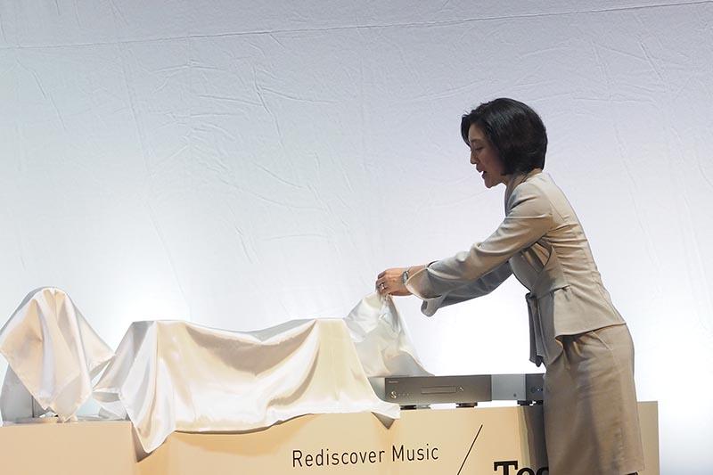 小川理子氏が新製品を披露
