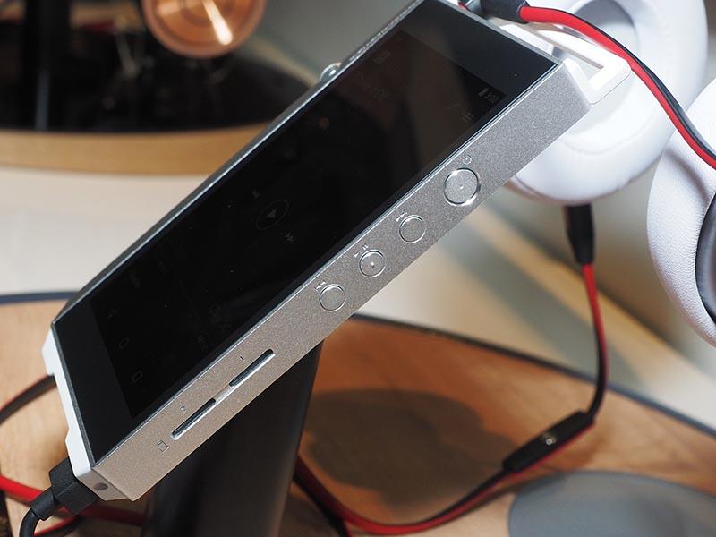 側面にハードウェアの操作ボタンとmicroSDスロットを2基備える