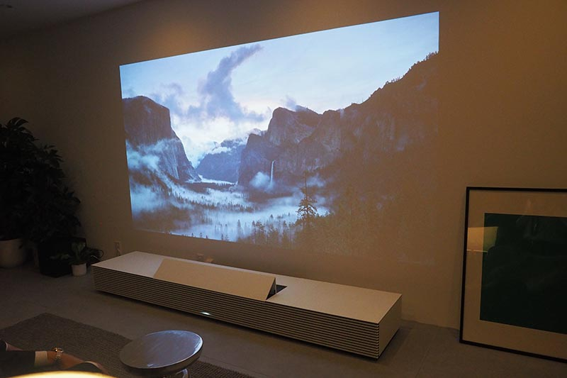 Life Space UXの展示スペース。写真は4K超短焦点SXRDプロジェクタ