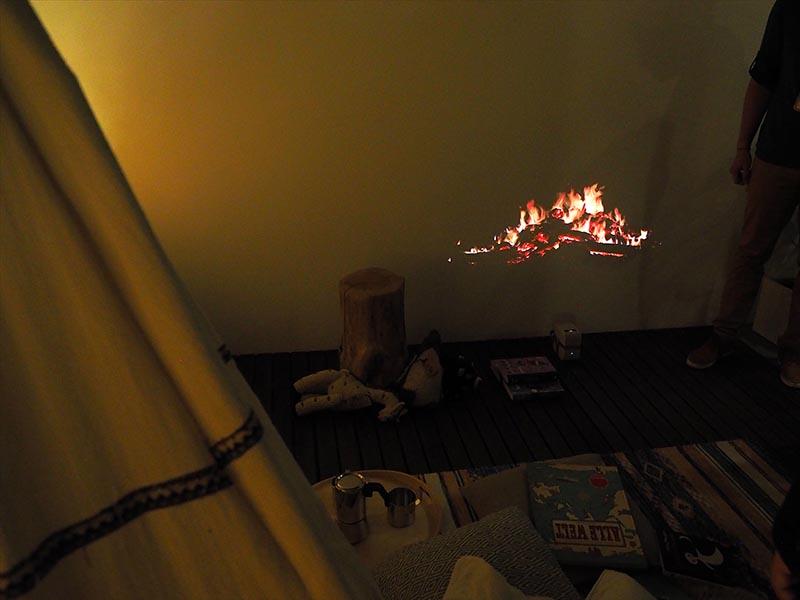 キャンプでたき火しているような映像