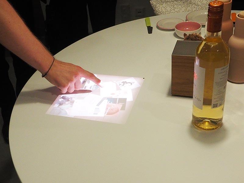 テーブルに映像を投写