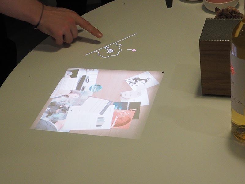 写真奥の、指をさしている部分が音楽プレーヤーアプリのように動作