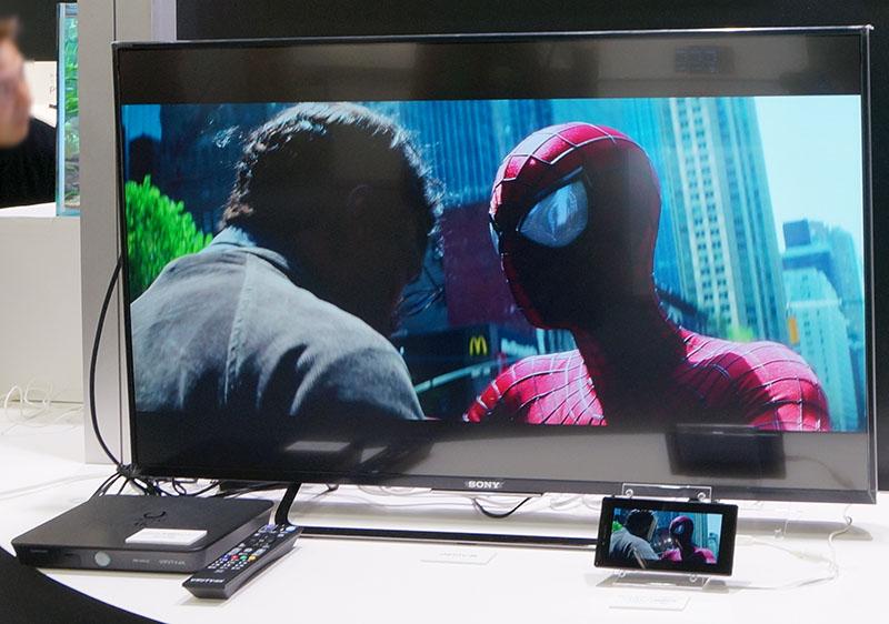 Xperia Z5 PremiumでひかりTV 4K「アメージング・スパイダーマン2」を視聴(左はひかりTV 4Kチューナ)