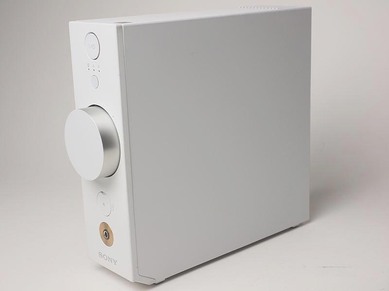 本体部。側面や天面には操作ボタンどころか継ぎ目なども目立たないようになっており、すっきりとしたデザイン