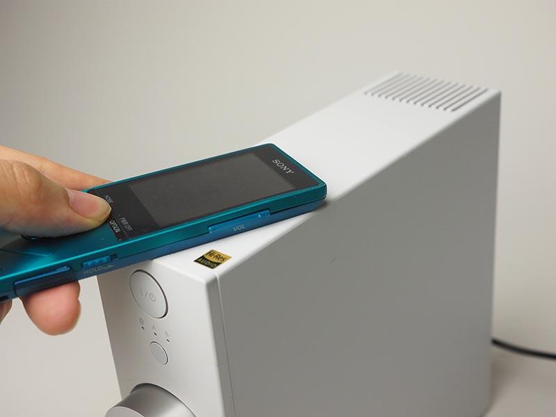 NFCでBluetooth接続を行うときは、機器を上面に載せる感じでマークに近づける