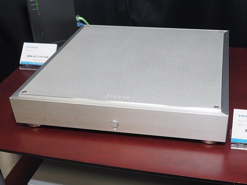 アイ・オー・データはハイレゾオーディオNAS「fidata」のミラーリング対応4TBモデル「HFAS1-H40」と1TB SSDの「HFAS1-S10」を一般向けに初披露。ブースで試聴可能となっている