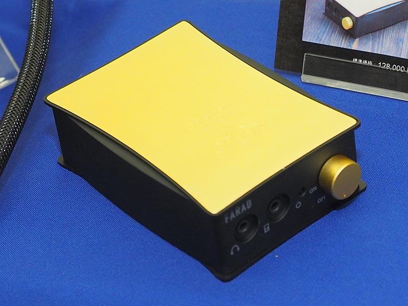光城精工(KOJO)は、ORBとコラボした真鍮削り出しポータブルヘッドフォンアンプ「KM01-BRASS」を展示