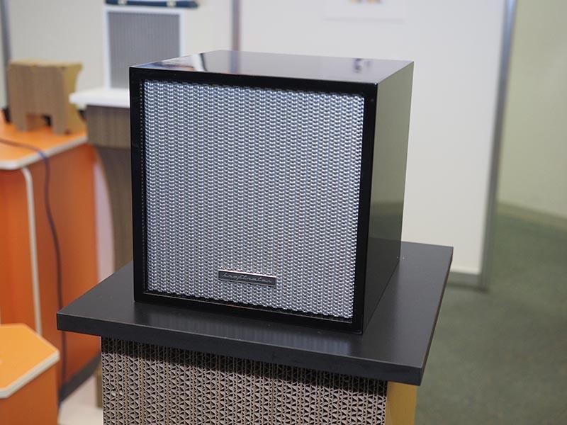 OT-360は、背面からでもしっかり音が聴こえる点などが特徴のスピーカー