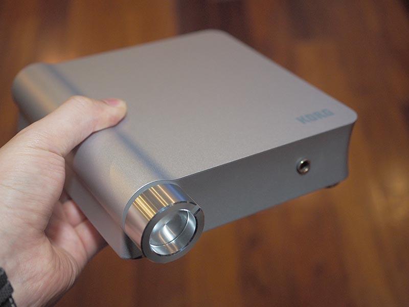 大型ボリュームノブとヘッドフォン出力のみのシンプルな前面デザイン