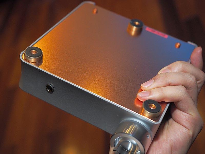底面。銅メッキ板を使用し、インシュレータは3点支持