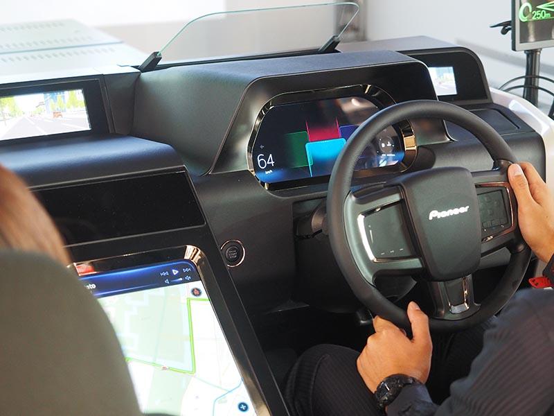 コントロールボタン搭載ステアリング、タブレットのようなディスプレイが連動