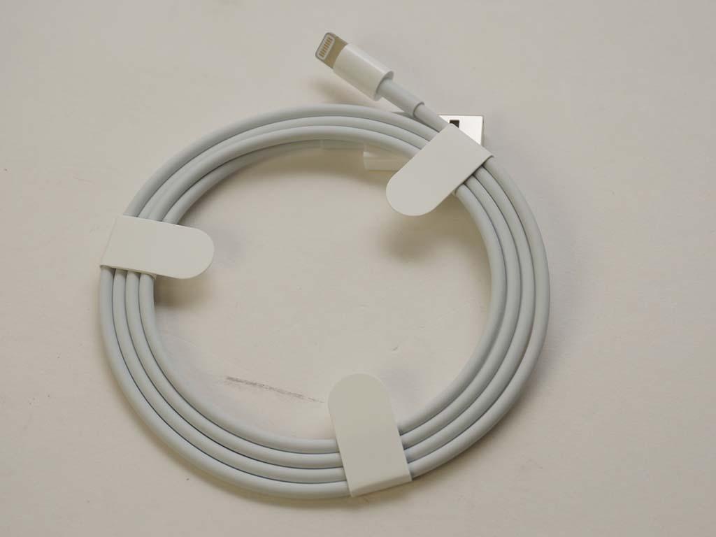 付属のLightningケーブル。Siri Remoteの充電用で、iPhone用のケーブルと同じものだ