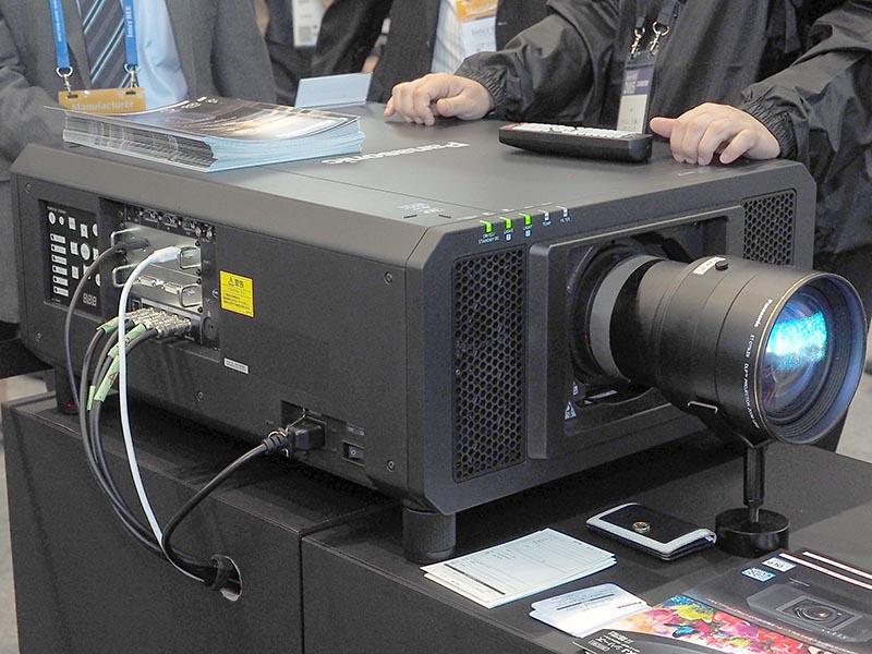 パナソニックのレーザー光源DLPプロジェクタ「PT-RQ13K」