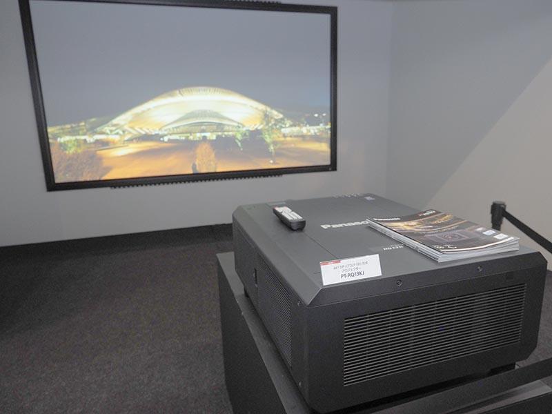 4K+プロジェクタの「PT-RQ13K」を150型スクリーンに投写