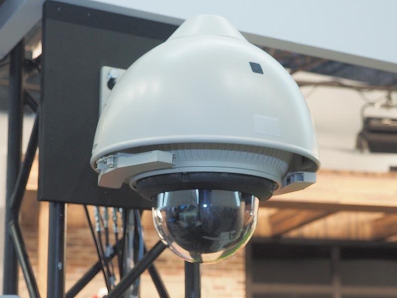 インテグレーテッドカメラを、屋外利用を可能にするドーム型ハウジングと組み合わせて展示