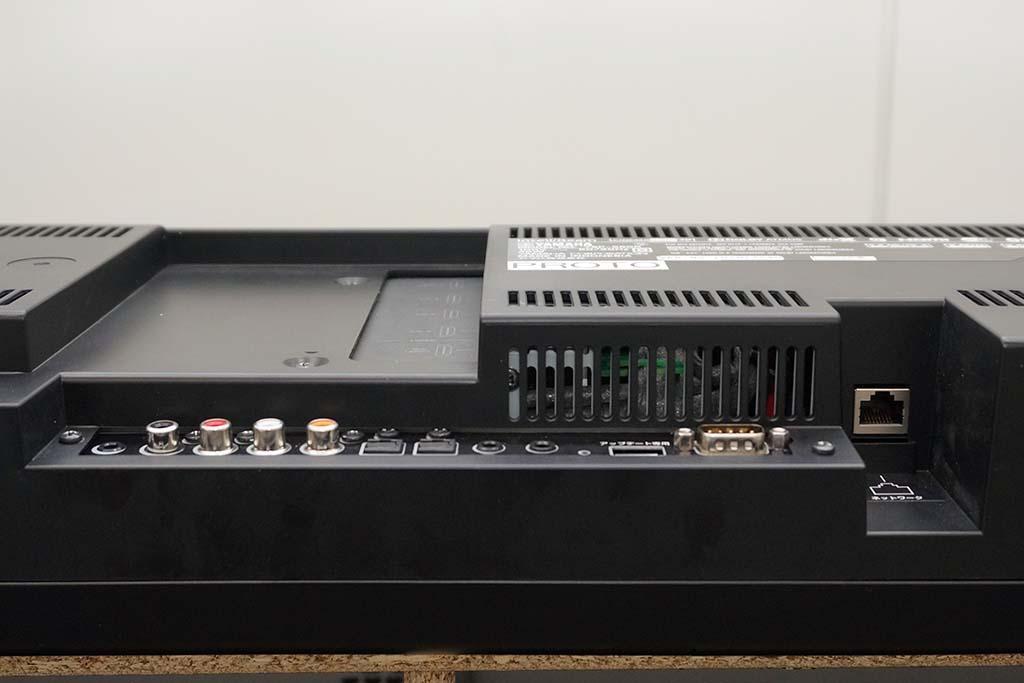 下部のアナログ音声/デジタル音声入力端子は、ボディの奥まった位置。配線時にコネクタが出っ張らない。Etherentは写真の右端