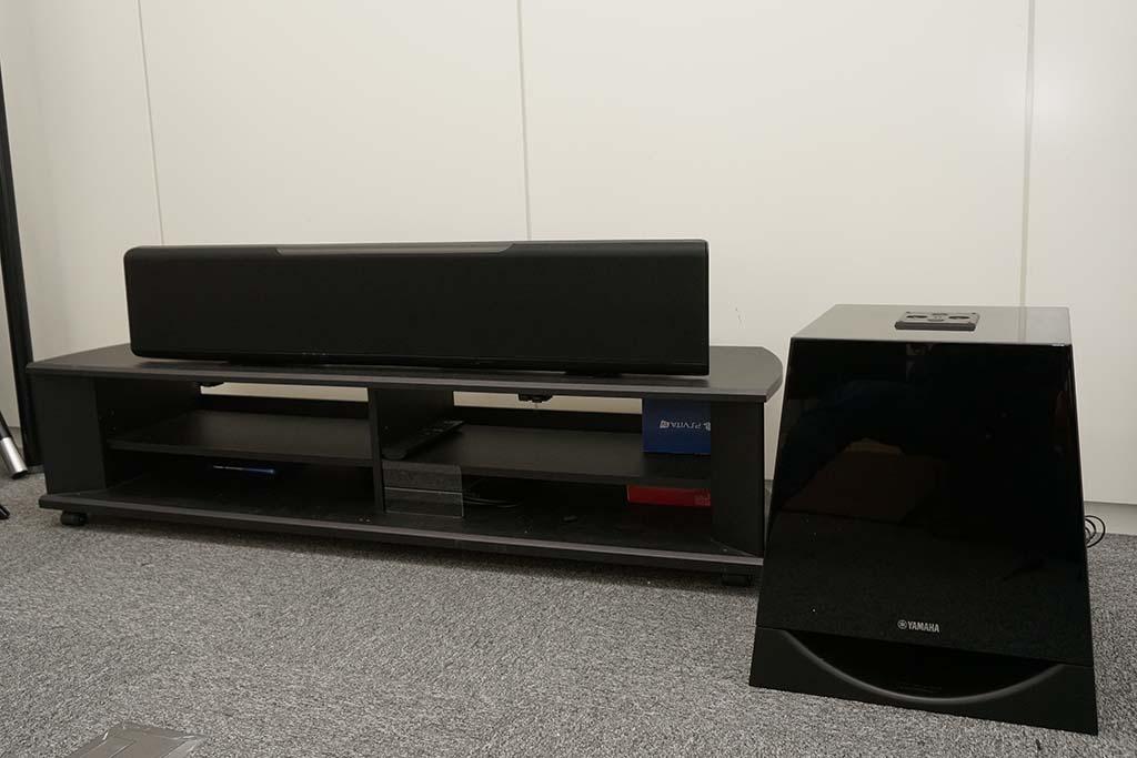 サブウーファ「NSーSW700」と一緒に置いた状態。アクション映画などでは不足しがちな重低音を増強できる
