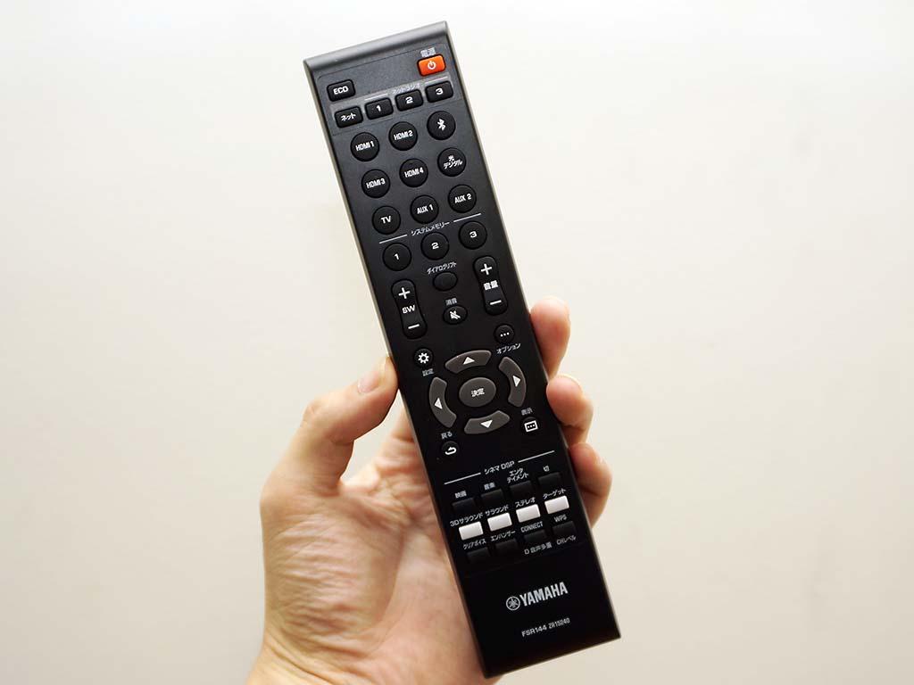 付属のリモコン。各入力の切り替えや、サラウンド音場モードの切り替えなどは専用のボタンが用意され、快適に使用できる