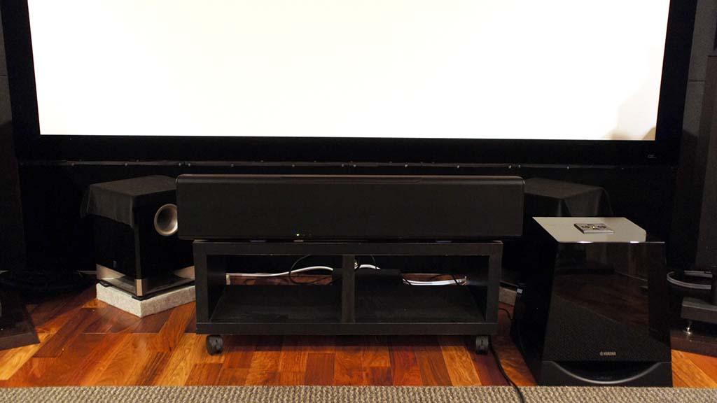 自宅のシアタールームにYSP-5600とNS-SW700を設置した状態。後方にある120インチスクリーンと比べても見劣りのしない堂々たる風格だ