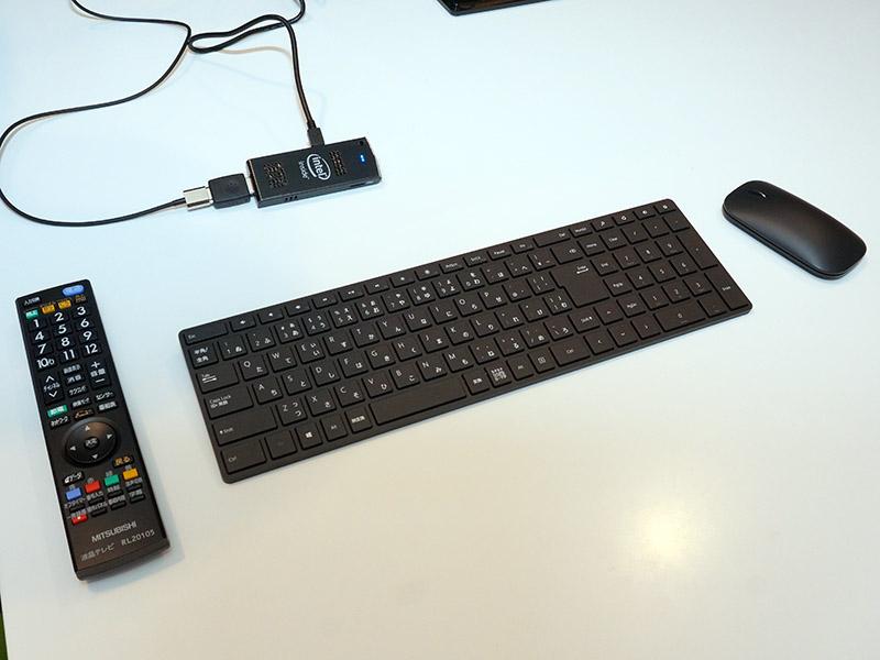 キーボード、マウス、テレビリモコンを並べたところ。Compute Stickの小ささが分かる