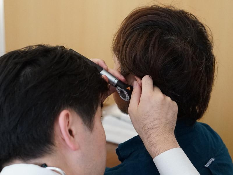まずは耳鼻科のお医者さんが使うような治具で耳の状態をチェック