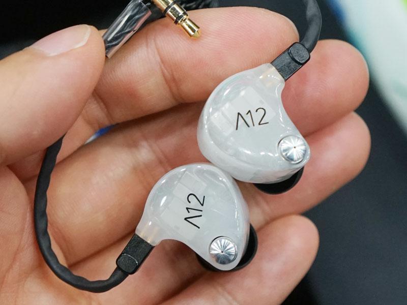 左からA12、A10、A8。銀色の部分がADELの根幹。オートで機能するパーツが使われているが、マニュアルでユーザーがADELの効き具合を調整する事も可能。マニュアル用パーツを後から発売したり、マニュアル調整仕様の状態でイヤフォンとして販売する事も検討されている