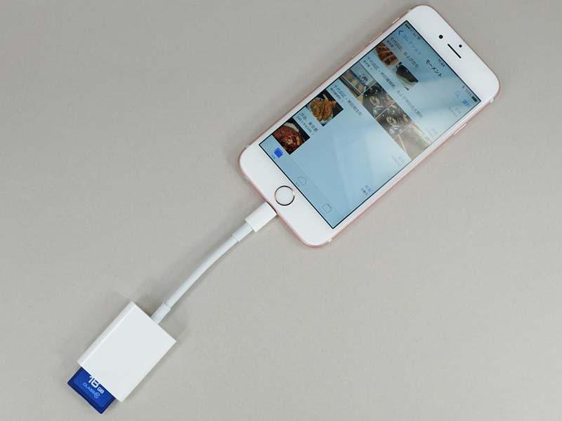 iPhone 6sにつないだ状態。ケーブルは比較的固く、ほぼまっすぐの状態で使うことになる