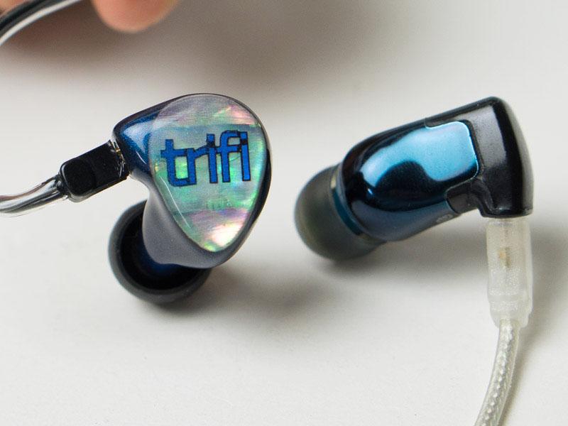 左から新モデル「TriFi」、「Triple.fi 10 Pro」。Triple.fi 10 Proのケーブルは純正のものとは異なる
