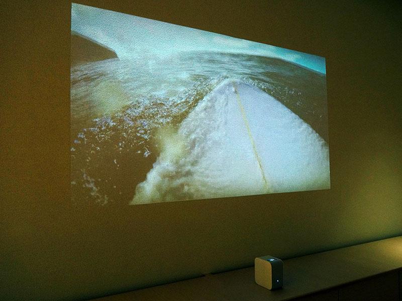 壁際に近づけて動画を大きく投写したところ