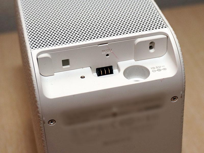 下面にセンサーや電源入力、フロアスタンド(別売)用端子。右上のくぼみの中にセンサー/レーザー照射部の穴が縦並びになっている