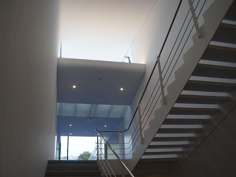 太陽光がふんだんに降り注ぐスロープや階段