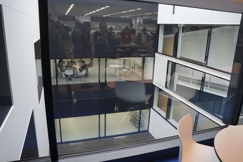 事務室方向から技術執務室方向を見たところ。内部で階層構造が連続していないため、2つのフロアを見通す事ができる