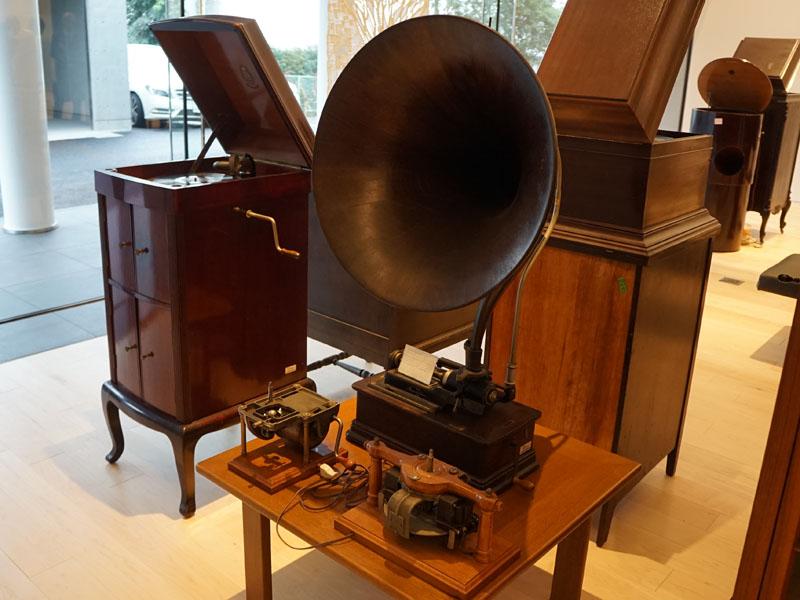 エントランスには歴史的なオーディオ機器が並ぶギャラリー