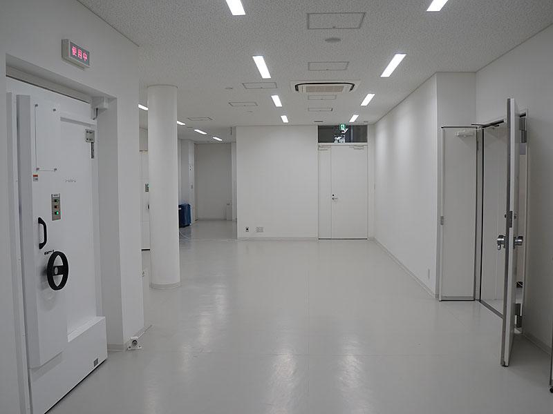 シールドルームや無響室があるフロアは、他の場所とは雰囲気が違う