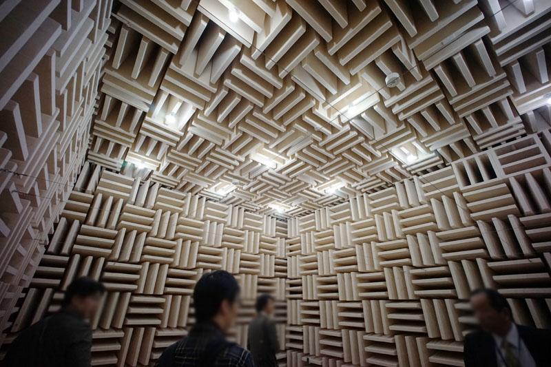 無響室。反射音がまったく聞こえないため、自分の心臓の音や血液が流れる音が聞こえてくる