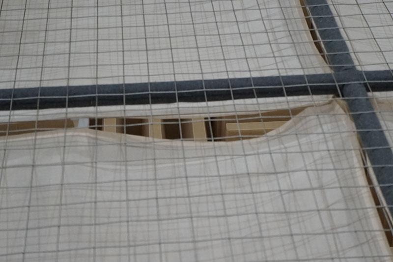 ワイヤーの上を歩く。下にも吸音材が敷き詰められている