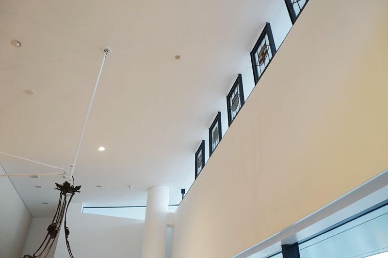アンティークな照明やガラスのレリーフなどは以前の本社建物から再利用したもの
