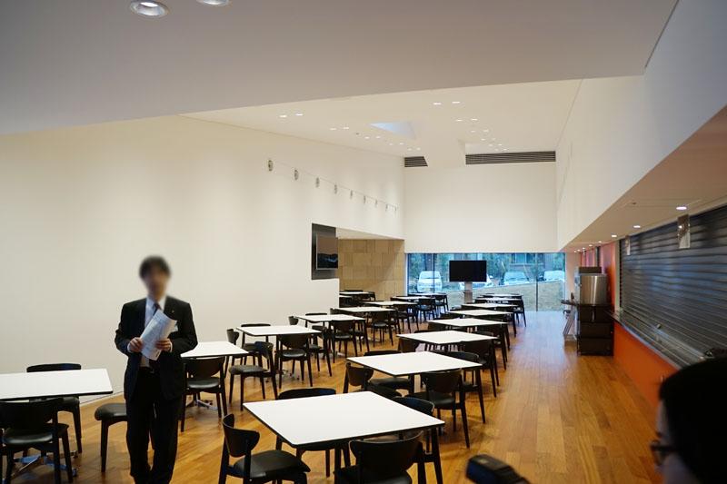 食堂内部。80席あり、約160人の社員が決められた時間の間に自由に昼食をとる