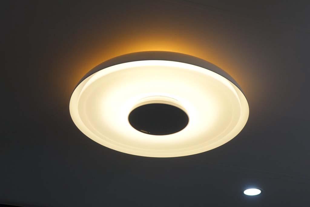 シーリングライト部は東芝ライテック製。上位機種では、天井への反射光や光の色をコントロールできる