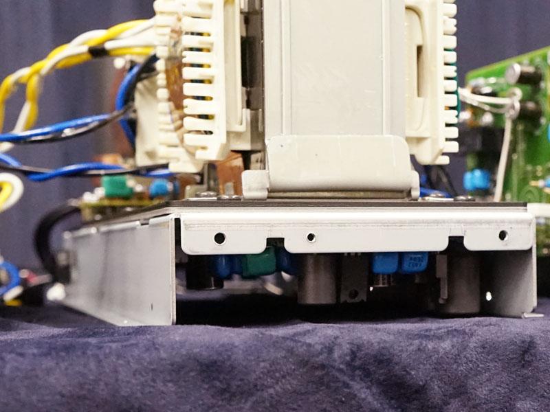 1.6mm厚の鋼板3枚で構成するトランスベースの下に、デジタル入力回路を配置。アナログ回路への影響を及ぼさないようにしている