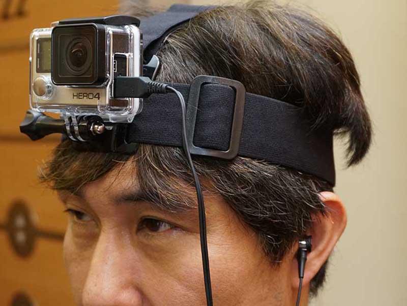 オプションのヘッドマウントを使って頭に装着したところ