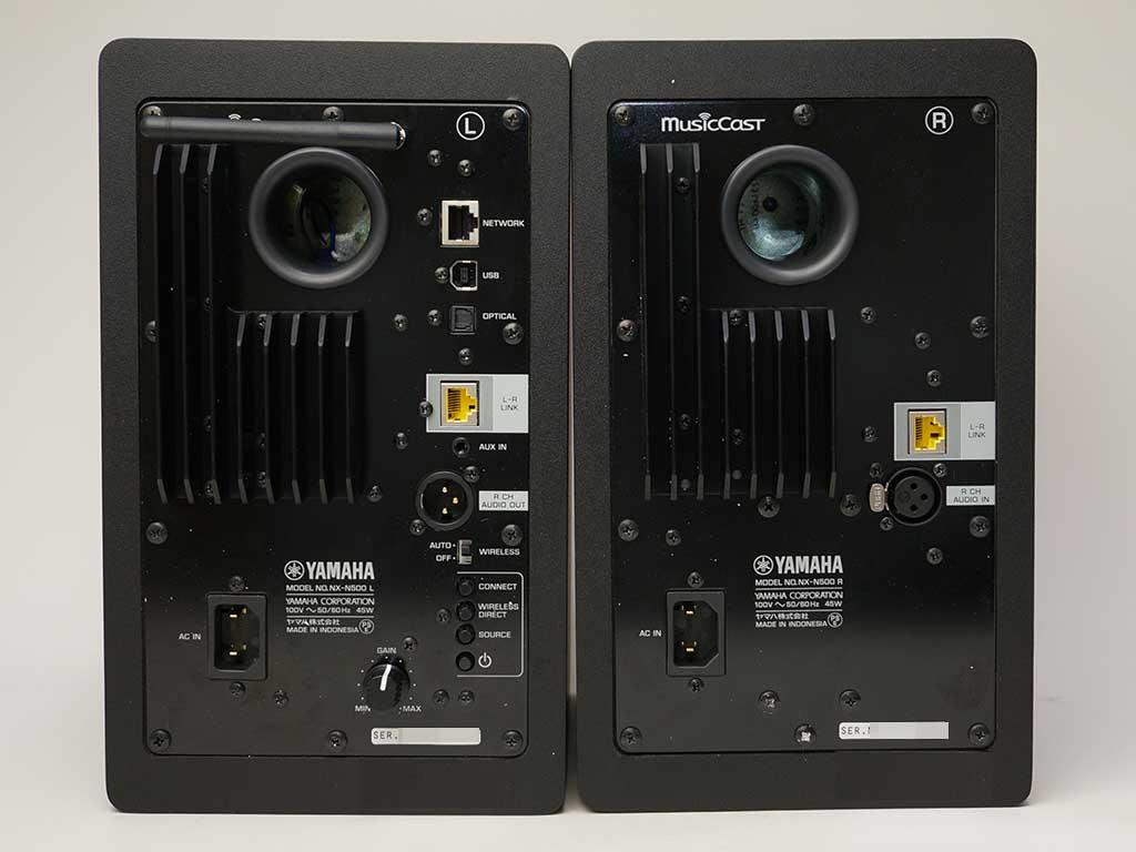 NX-N500の背面。左(L)側にネットワーク端子、USB端子、光デジタル端子が備わっている。右側スピーカーとしての接続はL-R LINK端子とXLRケーブルの2本を使用
