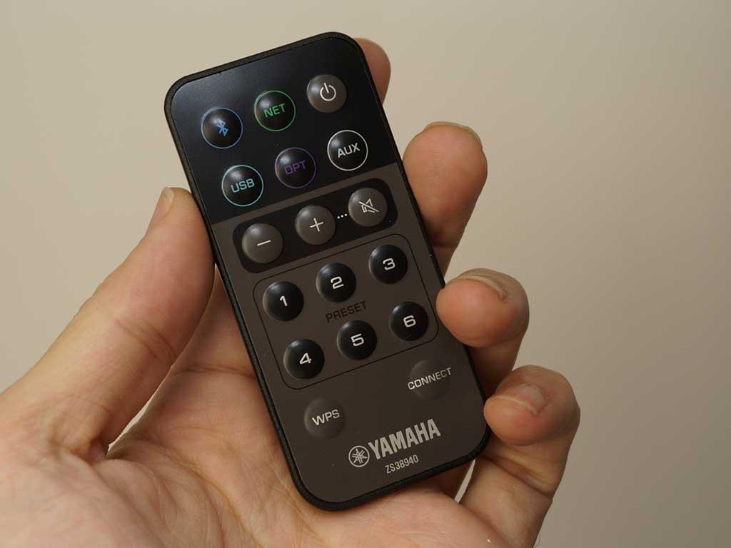 付属リモコンは、入力切り替えやゲイン調整などが行なえるカードタイプ。Wi-Fi設定なども操作できる