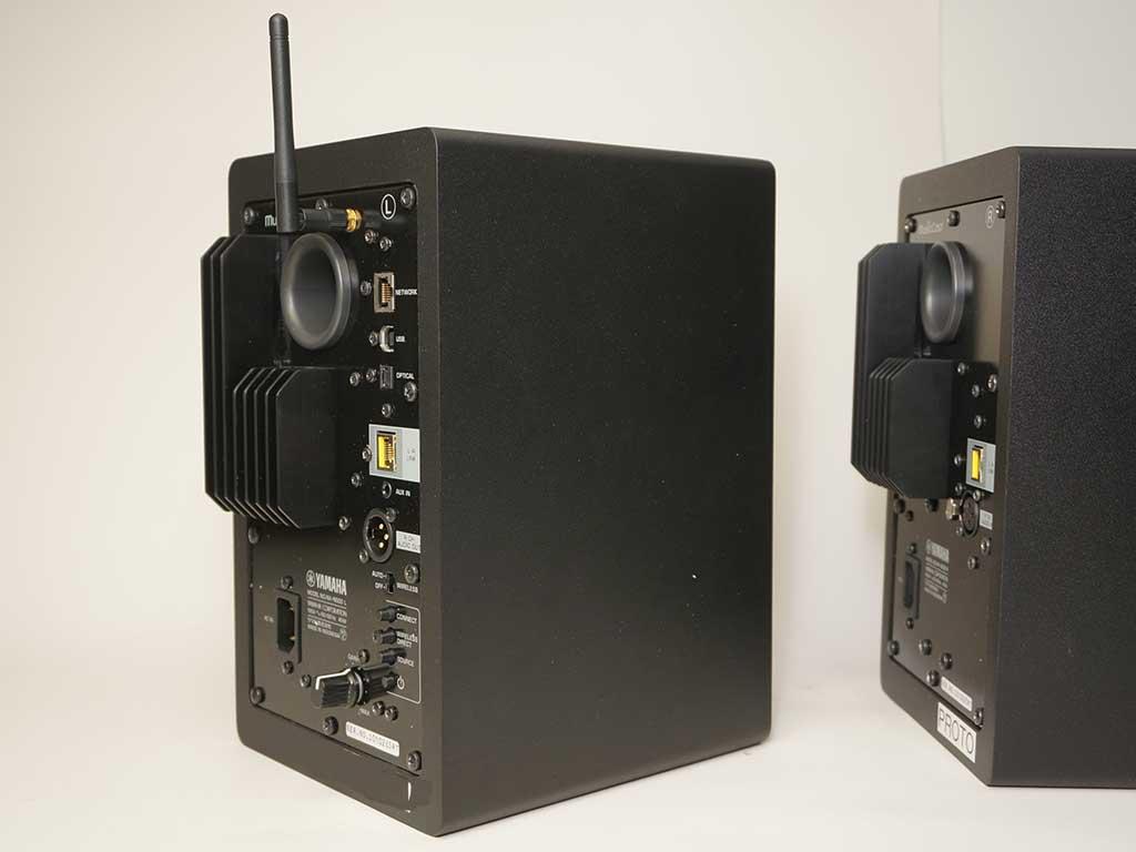 左右のスピーカーの背面。Wi-Fiアンテナや音声入力端子、操作ボタン類の有無が異なるが、ヒートシンクなどは同一だ