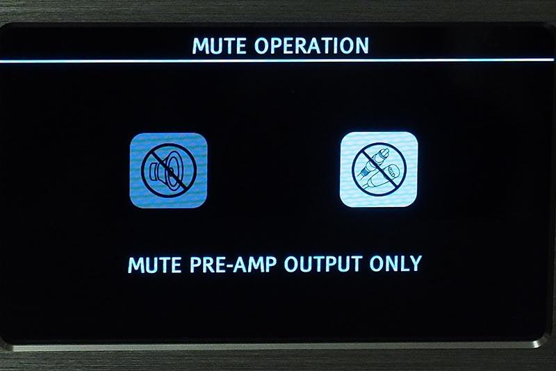 ヘッドフォンで聴く場合は、あらかじめ設定で[MUTE PRE-AMP OUTPUT ONLY]を選び、スピーカーをミュートに